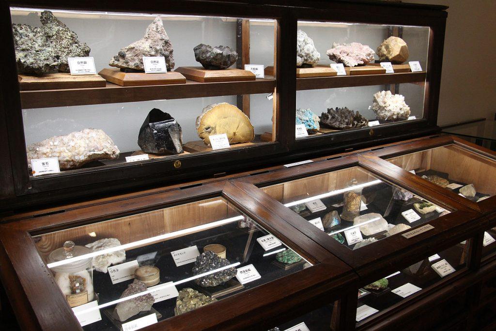 鉱物標本と展示用木製棚
